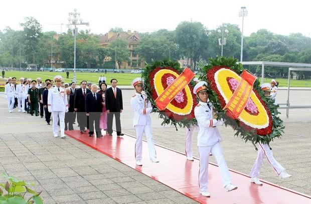 Đoàn đại biểu Ban Chấp hành Trung ương Đảng, Chủ tịch nước, Quốc hội, Chính phủ và Mặt trận Tổ quốc Việt Nam đến đặt vòng hoa và vào Lăng viếng Chủ tịch Hồ Chí Minh. (Ảnh: Phạm Kiên/TTXVN)