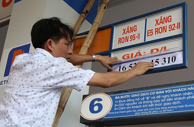 Doanh nghiệp được phép điều chỉnh giá bán lẻ xăng dầu từ 15h ngày 20/5. Ảnh: Ngọc Thành