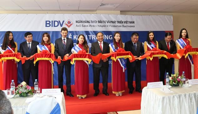 Thủ tướng Chính phủ Nguyễn Xuân Phúc cắt băng khai trương VPĐD BIDV tại Nga.