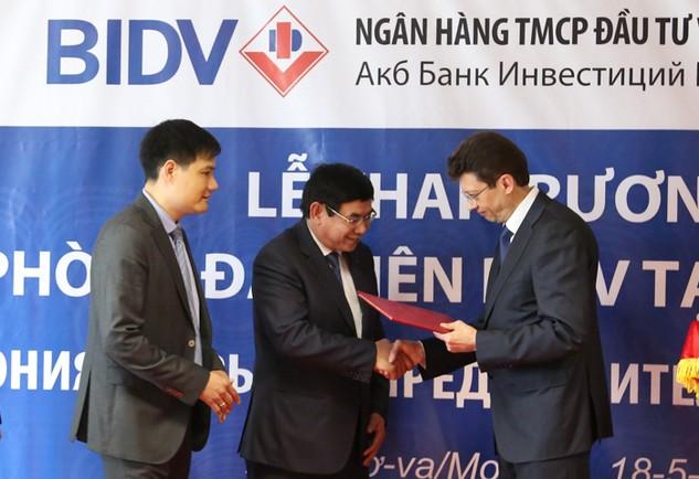Phó Thống đốc NHTW Nga trao Giấy phép cho Tổng Giám đốc BIDV.