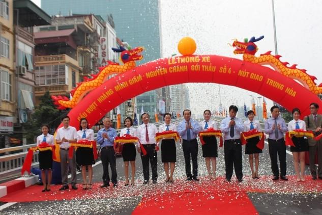 Thứ trưởng Nguyễn Hồng Trường, Chủ tịch Công đoàn GTVT VN Đỗ Nga Việt cùng các đại biểu tham gia cắt băng tại lễ thông xe cầu vượt Hoàng Minh Giám - Nguyễn Chánh