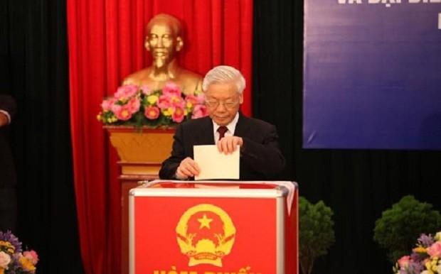 Tổng bí thư Nguyễn Phú Trọng bỏ phiếu tại khu vực bầu cử số 3 phường Nguyễn Du (Hai Bà Trưng - Hà Nội).