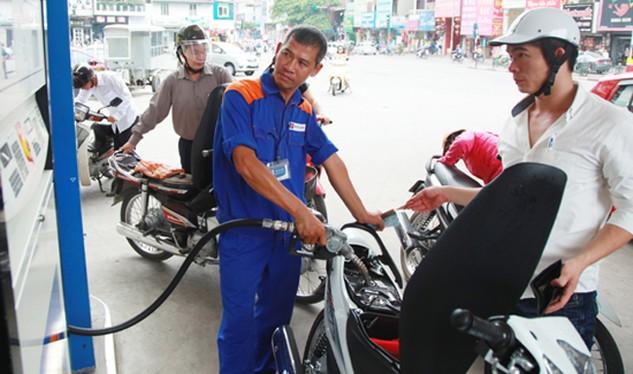 Mua bán xăng tại một cửa hàng trên đường Nguyễn Lương Bằng. Ảnh: Phạm Hùng