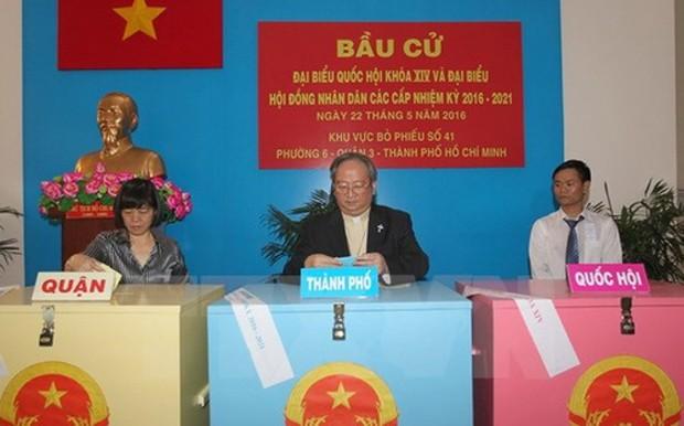 Tổng giám mục Tổng giáo phận Tp.HCM Bùi Văn Đọc bỏ phiếu tại điểm bầu cử khu vực bỏ phiếu số 41, phường 6, quận 3, Tp.HCM - Ảnh: Quang Nhựt/TTXVN.