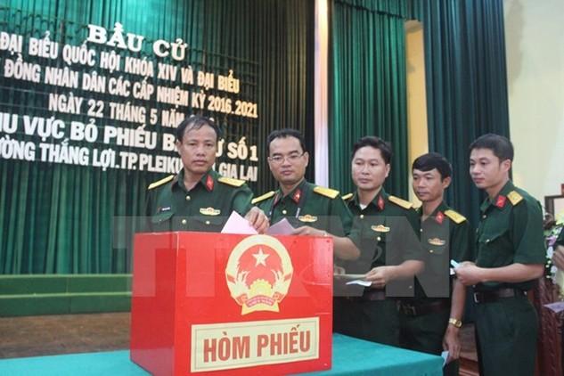 Lực lượng vũ trang tỉnh Gia Lai bỏ phiếu bầu cử. (Ảnh: Hoài Nam/TTXVN)