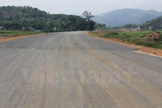 Dự án đầu tư xây dựng đường Hòa Lạc-Hòa Bình sẽ được thông xe toàn tuyến vào cuối năm 2016. (Ảnh: Việt Hùng/Vietnam+)