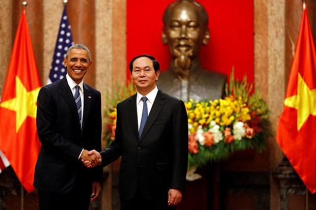 Tổng thống Mỹ Barack Obama bắt tay với Chủ tịch nước Trần Đại Quang tại Phủ Chủ tịch. Ảnh: Reuters