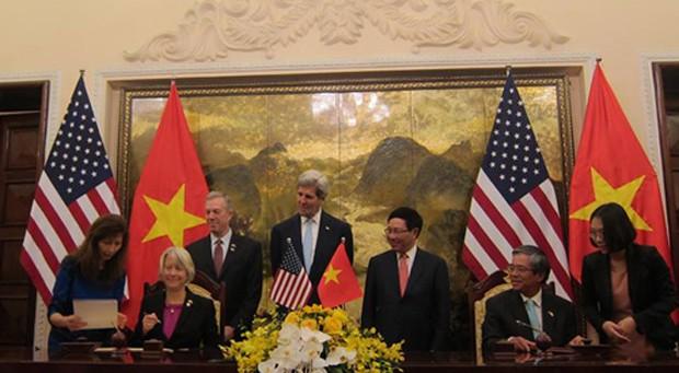 Đại diện Việt Nam và Mỹ ký thỏa thuận chương trình hòa bình. Ảnh: P.H.