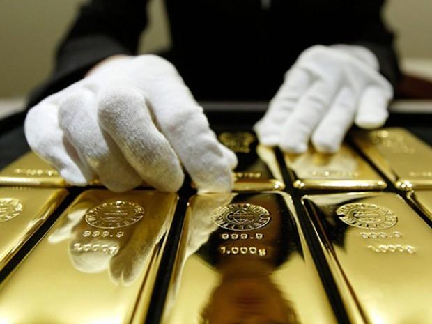 Giá vàng đã mất hơn 4% kể từ thông điệp của Fed vào tuần trước về khả năng tăng lãi suất sớm. Ảnh: Bloomberg.