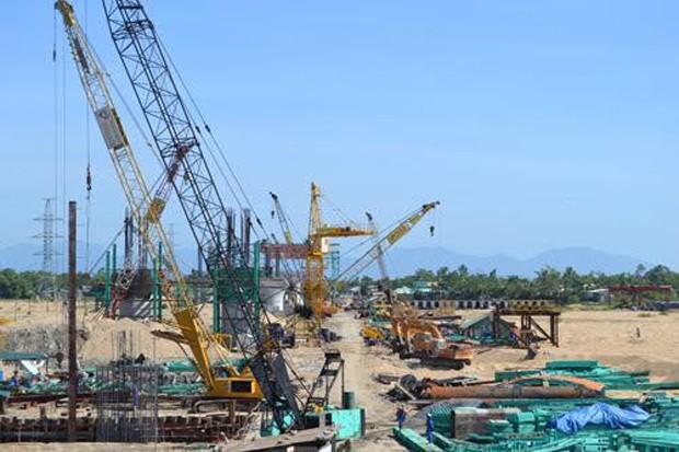 Hiện khu vực miền Trung mới chỉ đang triển khai tuyến cao tốc từ Đà Nẵng đến Quảng Ngãi. Trong ảnh: thi công cầu Kỳ Lam trên tuyến cao tốc này.
