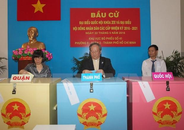 Cử tri TP.HCM bỏ phiếu tại điểm bầu cử khu vực bỏ phiếu số 41, phường 6, quận 3, TP.HCM. (Ảnh: Quang Nhựt/TTXVN)
