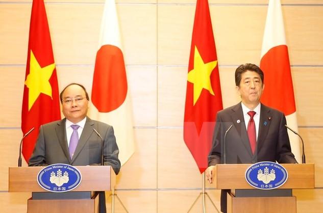 Thủ tướng Nguyễn Xuân Phúc và Thủ tướng Nhật Bản Shinzo Abe họp báo chung. (Ảnh: Thống Nhất/TTXVN)