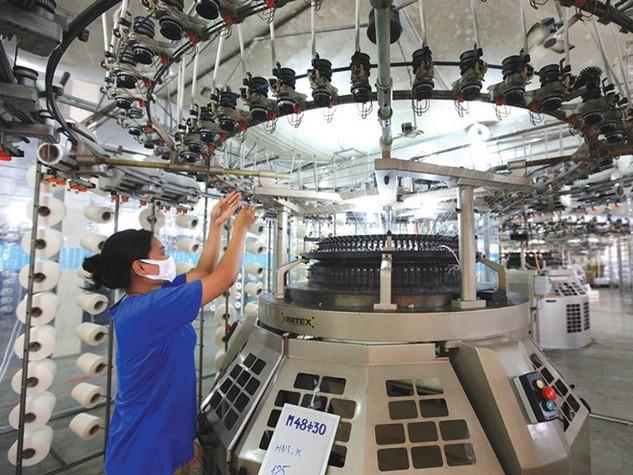 Hàng loạt khoản thuế, phí đang đè nặng lên doanh nghiệp Việt Nam. Ảnh: Đức Thanh