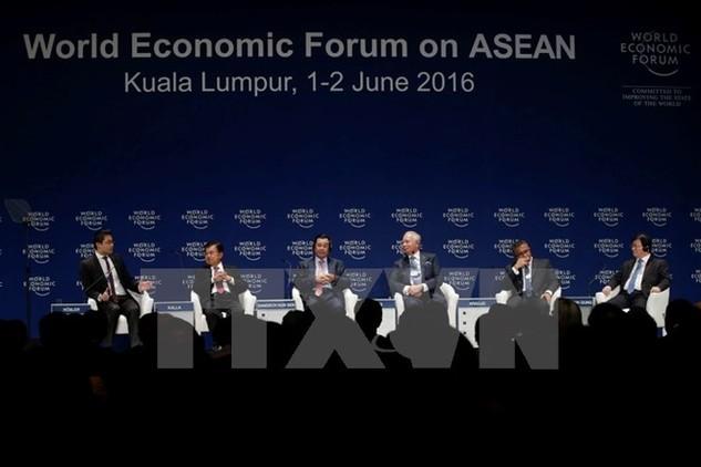 Phó Thủ tướng Trịnh Đình Dũng (phải) và các nhà lãnh đạo các nước ASEAN tại Diễn đàn. (Nguồn: EPA/TTXVN)