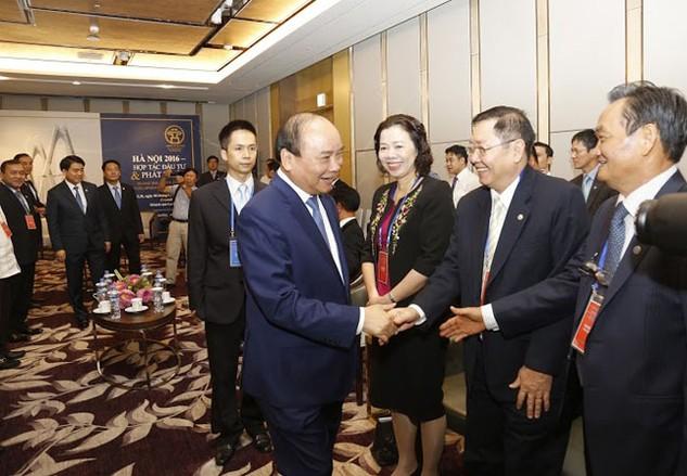 Thủ tướng Nguyễn Xuân Phúc bắt tay các đại biểu trước giờ khai mạc Hội nghị