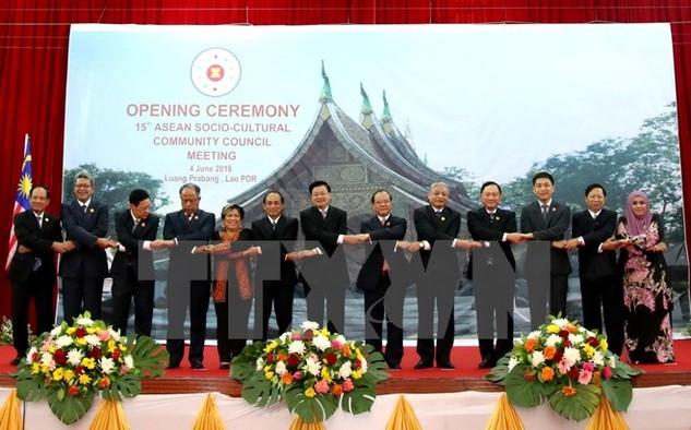 Thủ tướng Lào Thongloun Sisoulith cùng các quan khách tham dự Hội nghị chụp ảnh chung tại lễ khai mạc. (Ảnh: Phạm Kiên/TTXVN)