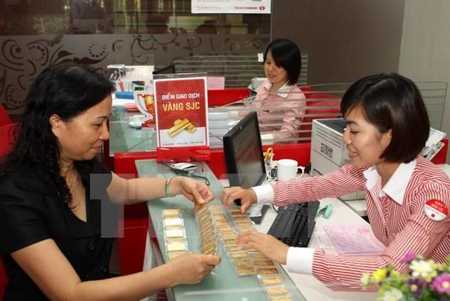 Khách giao dịch mua vàng tại Hội sở Techcombank tại Hà Nội. (Ảnh: Trần Việt/TTXVN)