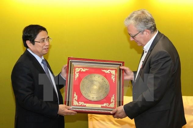 Ủy viên Bộ Chính trị, Bí thư Trung ương Đảng, Trưởng Ban Tổ chức Trung ương Phạm Minh Chính tặng quà Bí thư toàn quốc Đảng Cộng sản Pháp Pierre Laurent. (Ảnh: TTXVN)