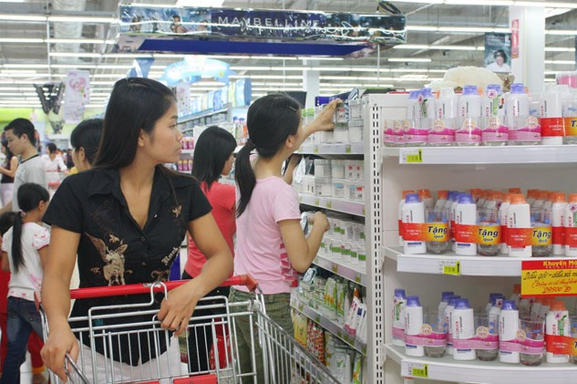 Doanh nghiệp Việt Nam phải trả nhiều loại phí khi đưa hàng vào siêu thị. Ảnh: Nhã Chi