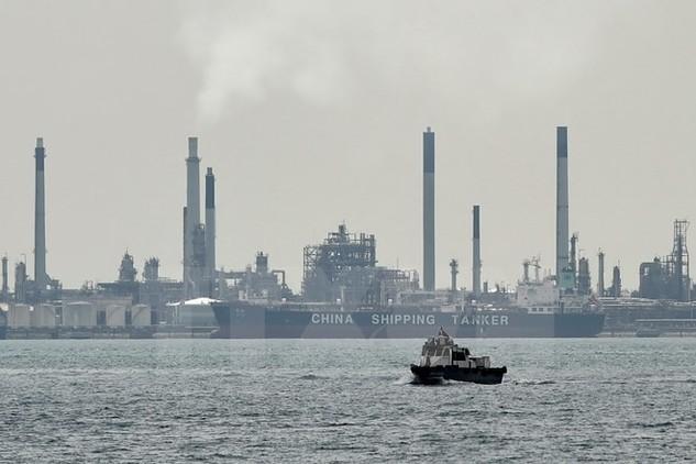 Nhà máy lọc dầu trên đảo Bukom, Singapore. (Nguồn: AFP/TTXVN)