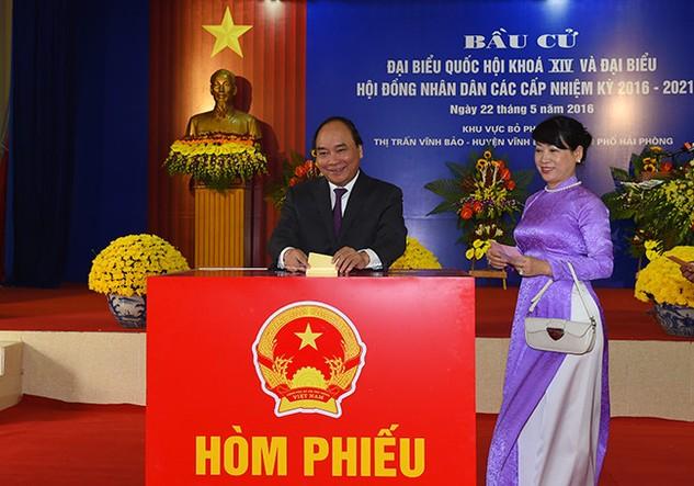 Thủ tướng Nguyễn Xuân Phúc và phu nhân bỏ phiếu bầu cử. Ảnh VGP/ Quang Hiếu