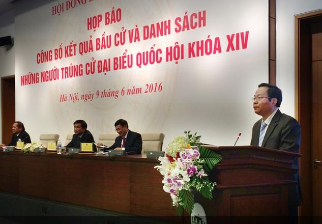 Trưởng ban Công tác đại biểu Quốc hội Trần Văn Túy công bố kết quả cuộc bầu cử đại biểu Quốc hội khóa XIV. Ảnh: Bích Thủy