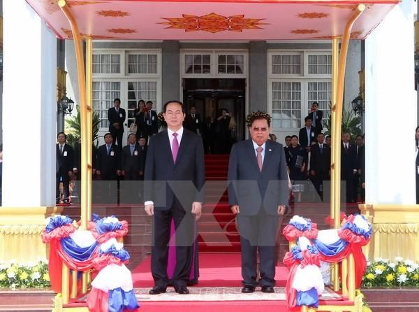 Chủ tịch nước Trần Đại Quang và Tổng Bí thư, Chủ tịch nước Lào Bounnhang Volachith trên bục danh dự. (Ảnh: Nhan Sáng/TTXVN)