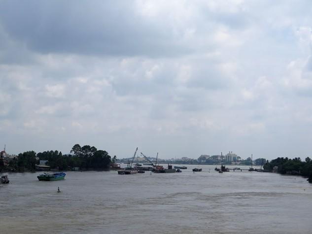 Sà lan vận chuyển vật liệu xây dựng trên sông Đồng Nai. Ảnh: Văn Huyền