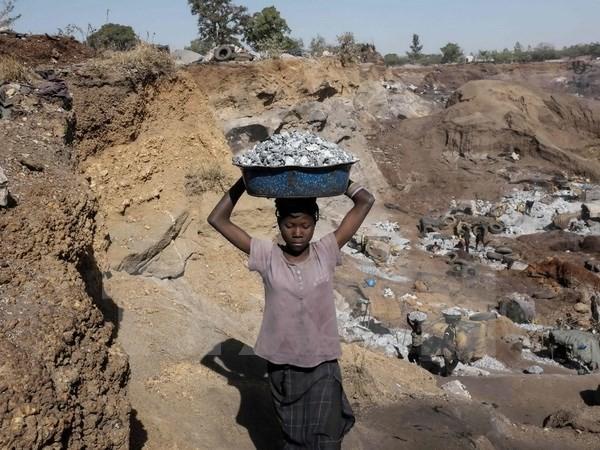 Trẻ em lao động tại mỏ đá ở Ouagadougou, Burkina Faso. (Nguồn: AFP/TTXVN)