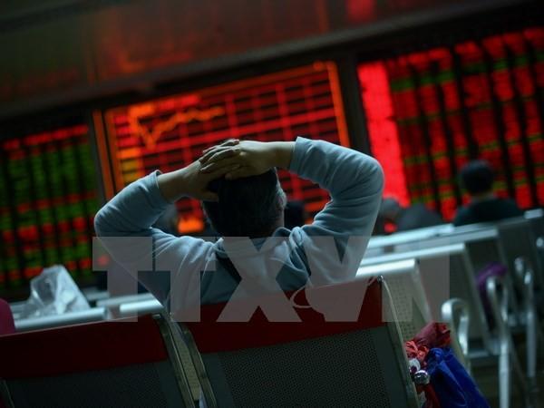 Nhà đầu tư theo dõi tỷ giá chứng khoán tại thủ đô Bắc Kinh, Trung Quốc. (Nguồn: AFP/TTXVN)