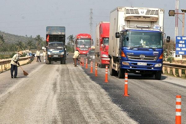 Doanh nghiệp quản lý bảo trì đường bộ sẽ bị phạt nếu để đường hỏng gây mất ATGT mà không sửa chữa kịp thời Ảnh: Trần Duy