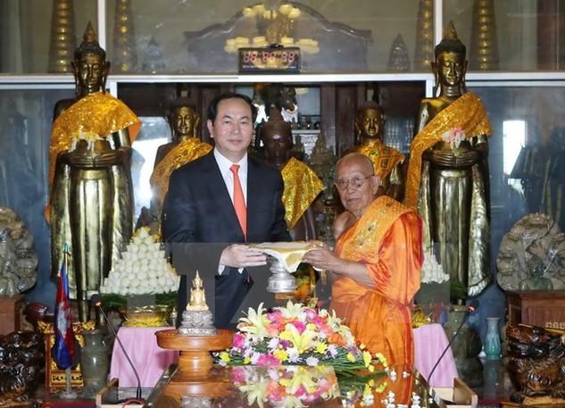 Chủ tịch nước Trần Đại Quang đến thăm Đại Tăng Thống Tep Vong ở chùa Unlanom. (Ảnh: Nhan Sáng/TTXVN)