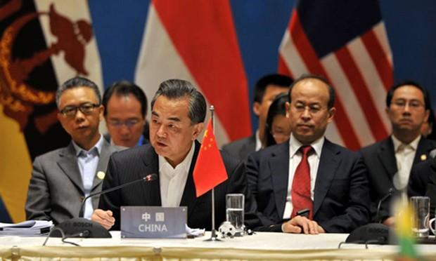 Ngoại trưởng Trung Quốc Vương Nghị và các ngoại trưởng ASEAN tại hội nghị. Ảnh: AFP
