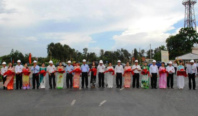 Đại diện UBND tỉnh Long An và nhà đầu tư PPI tiến hành gnhi thức cắt băng khánh thành