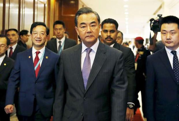 Ngoại trưởng Trung Quốc Vương Nghị (giữa) tham dự hội nghị các ngoại trưởng ASEAN diễn ra ở Malaysia tháng 8/2015. Ảnh:Reuters