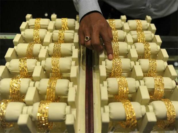 Giá vàng lại tiến sát mốc 1.300 USD. Ảnh: EconomicTimes.