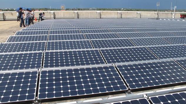 Năng lượng mặt trời sẽ đóng vai trò quan trọng trong việc giảm áp lực cung cấp điện giờ cao điểm. Ảnh: Lê Toàn