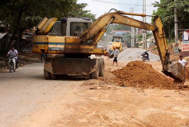 Các công trình nâng cấp, mở rộng các tuyến đường tỉnh lộ luôn thu hút sự quan tâm của nhiều nhà thầu. Ảnh: Nhã Chi