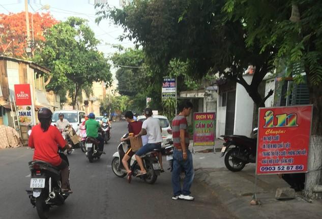 Sau khi cướp hồ sơ dự thầu ngay trước cổng bên mời thầu, các đối tượng lên xe máy tẩu thoát. (Ảnh do nhà thầu cung cấp)