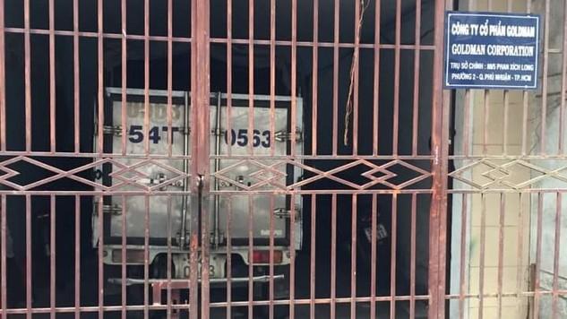 Địa điểm bán HSMT của Công ty CP GOLDMAN đóng cửa im lìm, phía trong là sân đỗ xe hàng