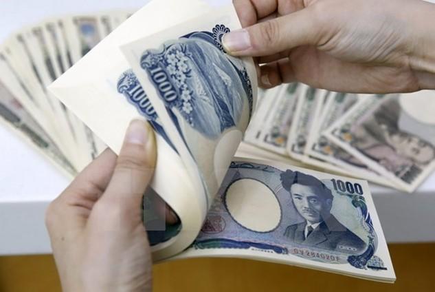 Kiểm đồng yen tại một ngân hàng. (Nguồn: EPA/TTXVN)