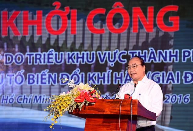 Thủ tướng Nguyễn Xuân Phúc phát biểu tại lễ khởi côngDự án Giải quyết ngập do triều khu vực TPHCM có xét đến yếu tố biến đổi khí hậu (giai đoạn I). Ảnh: VGP/Quang Hiếu