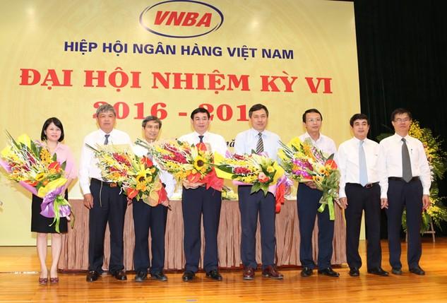 Tân Chủ tịch Hội đồng VNBA Phan Đức Tú (thứ tư từ trái sang) và các thành viên Hội đồng ra mắt Đại hội.