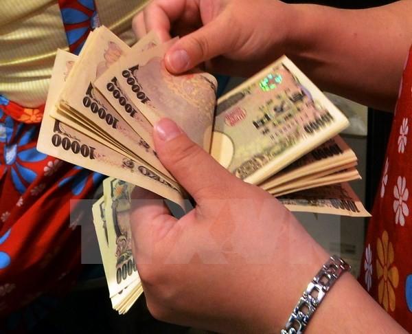 Kiểm đồng yen tại một ngân hàng ở Tokyo. (Nguồn: AFP/TTXVN)