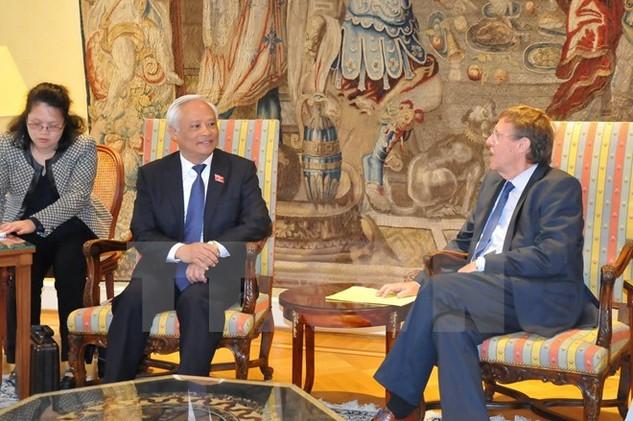 Phó Chủ tịch Quốc hội Uông Chu Lưu hội kiến với Chủ tịch Hạ viện Bỉ Siegfred Bracke. (Ảnh: Hương Giang/TTXVN)