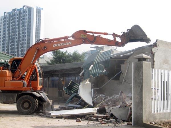 6 tháng đầu năm, lực lượng thanh tra Sở Xây dựng phối hợp với cơ quan chức năng đã cưỡng chế, phá dỡ 183 công trình vi phạm. Ảnh: Trần Quý
