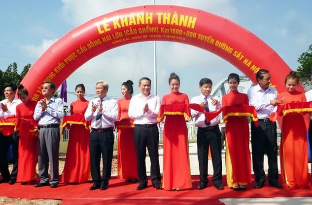 Lãnh đạo Bộ Giao thông-Vận tải và lãnh đạo UBND tỉnh Đồng Nai cắt băng khánh thành cầu Ghềnh