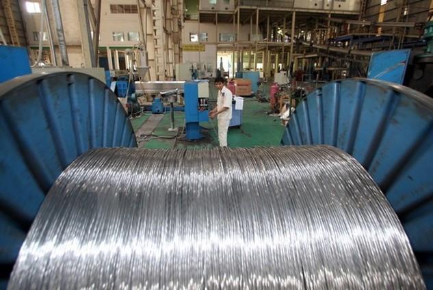 Sản xuất máy biến thế tại nhà máy sản xuất thiết bị điện HANAKA, Từ Sơn, Bắc Ninh. (Ảnh: Trần Việt/TTXVN)