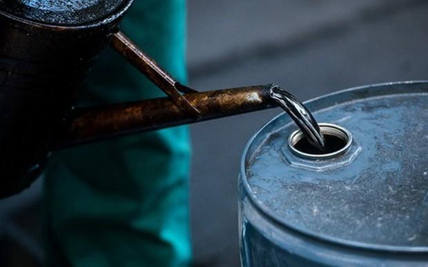 Giới chuyên gia dự báo dự trữ dầu thô tại Mỹ đã giảm khoảng 2,3 triệu thùng trong tuần trước - Ảnh: Bloomberg.