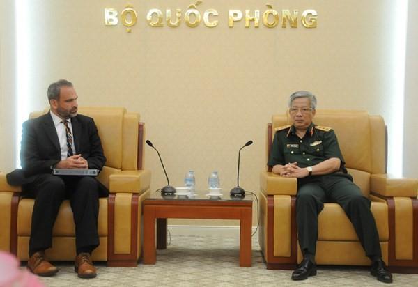 Thượng tướng Nguyễn Chí Vịnh tiếp Phó Trợ lý Bộ trưởng Quốc phòng Hoa Kỳ Thomas Ross. (Nguồn: mod.gov.vn)